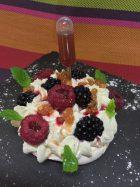 Pavlova fruits rouges, framboises au sirop de sapin et ses larmes du Canigó